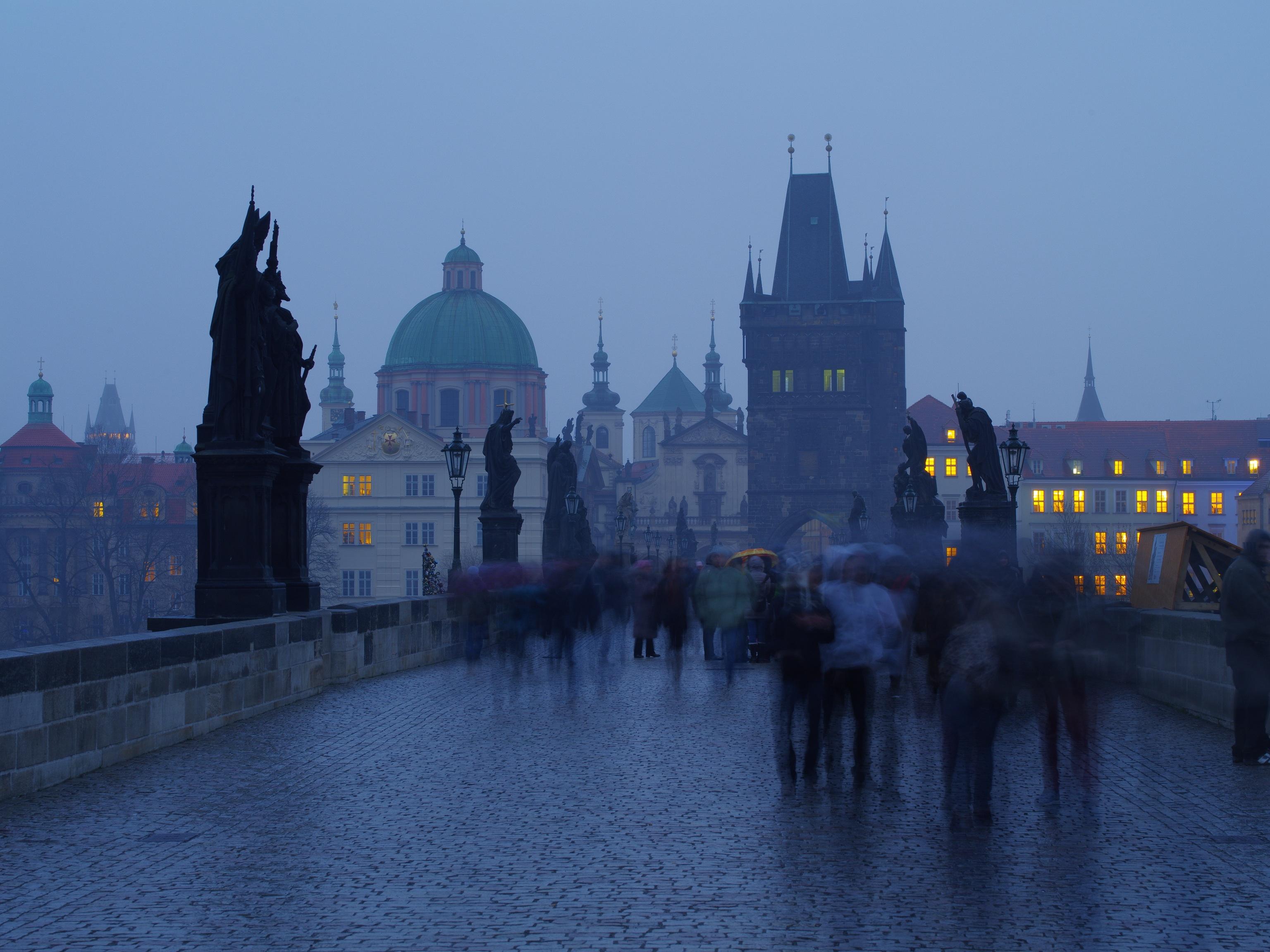 Karlsbrücke im Regen