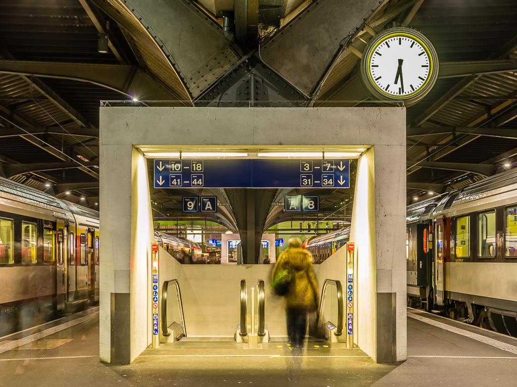 Hauptbahnhof Zürich - Central Station Zurich